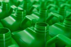 Пустая пластмасса консервирует зеленый цвет стоковые фотографии rf