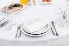 Пустая плита на таблице, комплект столового прибора кухня еды предпосылок назначений много возражает таблицу Стоковое Изображение