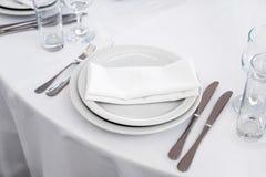 Пустая плита на таблице, комплект столового прибора кухня еды предпосылок назначений много возражает таблицу Стоковое Изображение RF