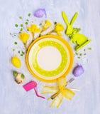 Пустая плита с украшением, знаком и цветками пасхального яйца на серой деревянной предпосылке, взгляд сверху Стоковые Изображения RF