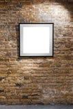 Пустая рамка на светлой кирпичной стене Плакат пустого пространства или рамка искусства ждать быть заполненным Квадратный черный  Стоковое Изображение RF