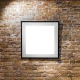 Пустая рамка на светлой кирпичной стене Плакат пустого пространства или рамка искусства ждать быть заполненным Квадратный черный  Стоковая Фотография