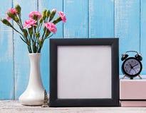 Пустая рамка, розовая Эйфелева башня цветков, будильника и сувенира Стоковые Изображения