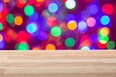 Пустая светлая деревянная столешница с красочной предпосылкой bokeh светов Смогите быть использовано для Нового Года, рождества и Стоковое Изображение