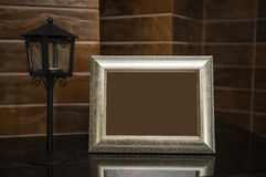Пустая серебряная картинная рамка на столе с путем клиппирования Стоковые Изображения RF