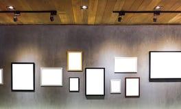 Пустая пустая смертная казнь через повешение картинной рамки на ceent стене Стоковые Изображения