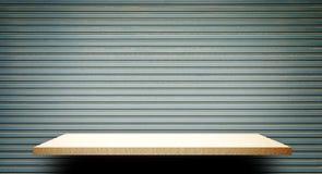 Пустая сметанообразная деревянная полка на стене металла для дисплея Стоковые Изображения