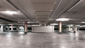 Пустая современная предпосылка интерьера гаража автомобиля Стоковые Фотографии RF