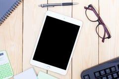 Пустая современная цифровая таблетка с бумагами и ручка в середине Стоковое Фото