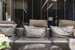 Пустая софа в живущей комнате на ноче, дизайне интерьера стоковые фото