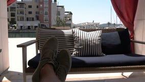 Пустая софа и развевать в занавесах ветра в кафе лета в outdoors видеоматериал