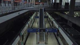 Пустая станция метро и moving эскалатор в Париже, Франции сток-видео