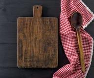Пустая старая деревянная разделочная доска и деревянная ложка Стоковые Изображения