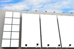 Пустая стена афиши плаката с космосом экземпляра для ваших текстового сообщения или содержания в современном торговом центре стоковое изображение rf