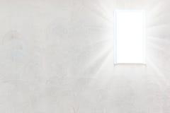 Пустая стена с светом окон излучает стоковые фотографии rf