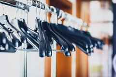 Пустая стойка шкафа с черными вешалками на месте бизнес-мероприятия Стоковое Изображение