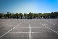 Пустая стояночная площадка автомобиля в городе Rafina, Греции Стоковые Изображения