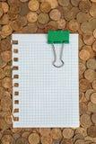 Пустая страница с бумажными зажимами на монетки стоковая фотография
