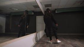 Пустая студия для танц-классов Она репетирует Она очень сфокусирована и смелейший, это требует танца Она репетирует акции видеоматериалы
