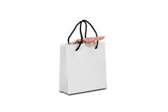 Пустая сумка подарка белой бумаги при насмешка смычка вверх стоя на древесине Стоковая Фотография