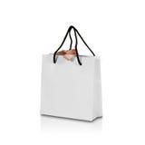 Пустая сумка подарка белой бумаги с насмешкой смычка вверх изолированная на белизне Стоковые Фотографии RF