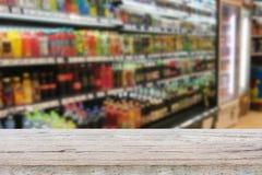 Пустая таблица над супермаркетом нерезкости с предпосылкой bokeh Стоковая Фотография