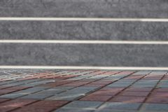 Пустая таблица перед запачканной стеной granit Шаблон для вашего p стоковое фото rf