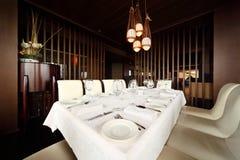 пустая таблица сервировки ресторана Стоковые Фотографии RF