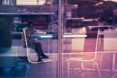 Пустая таблица с стульями в магазине около стеклянного окна Стоковые Изображения RF