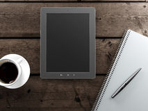 Пустая таблетка и чашка кофе на столе стоковое изображение