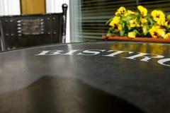 Пустая таблица на бистро ждать гостей Стоковое фото RF