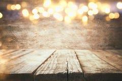 пустая таблица перед светами гирлянды золота рождества Стоковое Фото