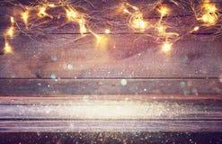 пустая таблица перед светами гирлянды золота рождества Стоковое Изображение