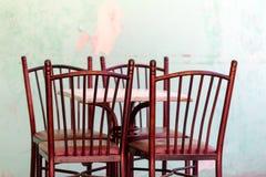Пустая терраса бара обочины с таблицей белого квадрата и древесиной 4 Стоковая Фотография
