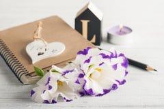 Пустая тетрадь, свечи, цветки eustoma Стоковое Изображение
