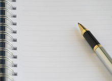 Пустая тетрадь и серебряная ручка Стоковое Изображение