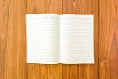 Пустая тетрадь на деревянной предпосылке Стоковое Изображение