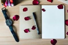 Пустая тетрадь над деревянным столом Стоковая Фотография RF