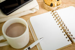 Пустая тетрадь с кофе на деревянной предпосылке стоковое изображение