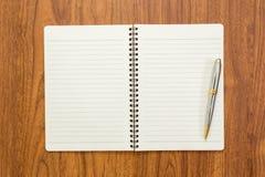 Пустая тетрадь с ручкой на деревянной предпосылке Стоковое Фото