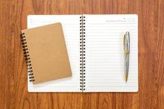 Пустая тетрадь с ручкой на деревянной предпосылке Стоковая Фотография RF