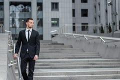 пустая тетрадь человека воодушевленности Молодой бизнесмен идя outdoors и Стоковое фото RF