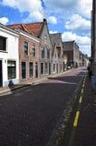 Пустая улица в голландском городке Muiden с Muiderslot, замком Muiden, Голландией, Нидерланд стоковые изображения
