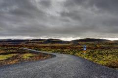 Пустая улица с исландским ландшафтом во время часа восхода солнца золотого Стоковое фото RF