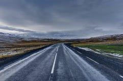 Пустая улица с исландским ландшафтом во время часа восхода солнца золотого Стоковые Изображения RF