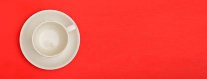 Пустая чашка кофе на красном шаблоне знамени предпосылки с copyspace Стоковая Фотография RF