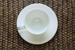 Пустая чашка на предпосылке бамбука weave Стоковые Изображения RF