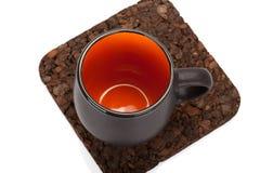 Пустая чашка чая на каботажном судне деревянного стола изолированном на белизне стоковые фотографии rf