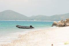 Пустая черная резиновая шлюпка в море для того чтобы обслуживать туриста стоковая фотография