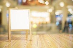 Пустое белое деревянное классн классный для меню ресторана стоковая фотография